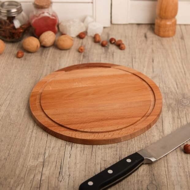 Круглая деревянная доска используется и для нарезки, и для подачи. / Фото: ivd.ru