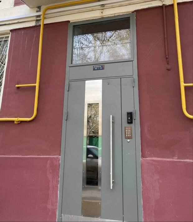 В доме на 2-й Хуторской отремонтировали подъездную дверь