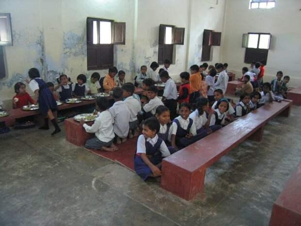 Или вот: школьная столовая в Индии. Думаете это ужасные условия и хуже уже некуда? Условия и вправду ужасные, но бывает и хуже прикол, школа, юмор