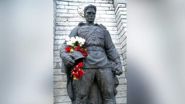 Эстонцы возложили цветы к памятнику Воину-освободителю в Таллине