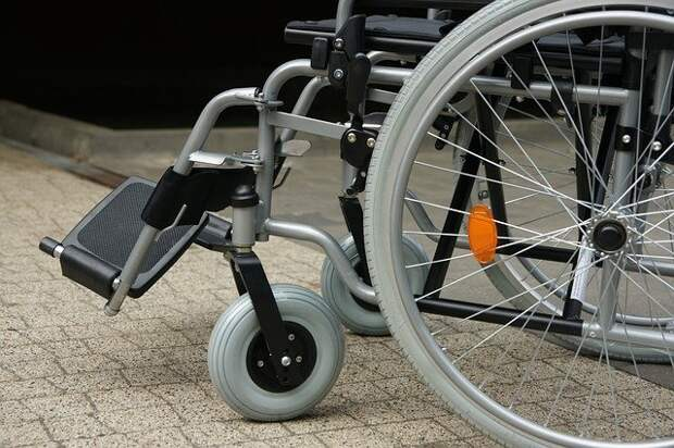 В доме на Волжском бульваре установили электроплатформу для колясочника