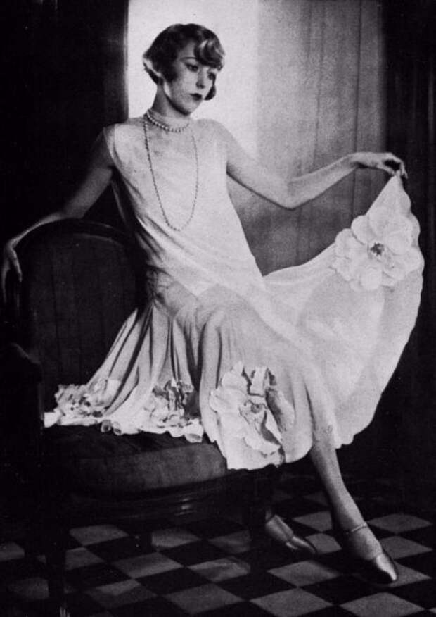 Платье расшито гипюровыми цветами, которые расположены внизу.