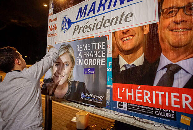 Агитационный плакат с изображением Олланда и Макрона. Надпись гласит: «наследник»