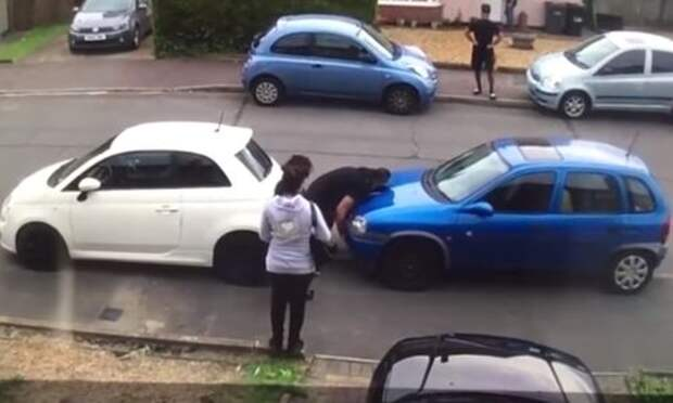 Разборки на парковке - турецкий Халк одними руками убирает автомобиль соседа