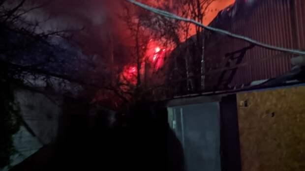 Ночью в Симферополе сгорел склад с макулатурой