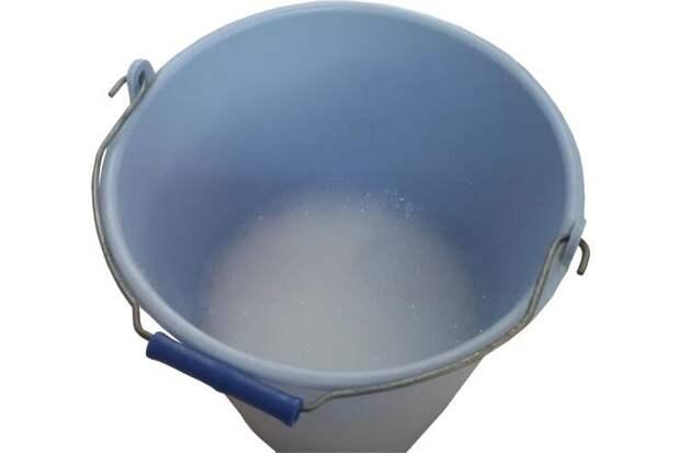 Ведро с горячей водой и жидким мылом