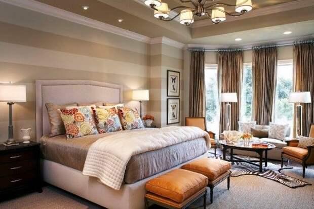 Эркерные шторы к полосатым обоям для спальни