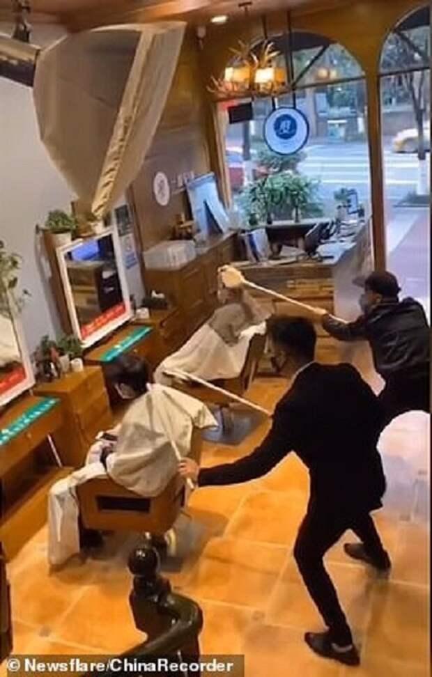 Как китайские парикмахеры отгоняют коронавирус 1,5-метровыми расческами