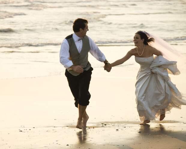 http://www.wallpapershdi.com/walls/2540/romantic-couple-on-beach_1280x1024.jpg