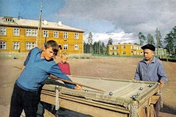 Мальчишки в Братске играют в бильярд, сделанный своими руками, и покрытый старым одеялом. 1967 год СССР, быт, воспоминания, ностальгия, фото