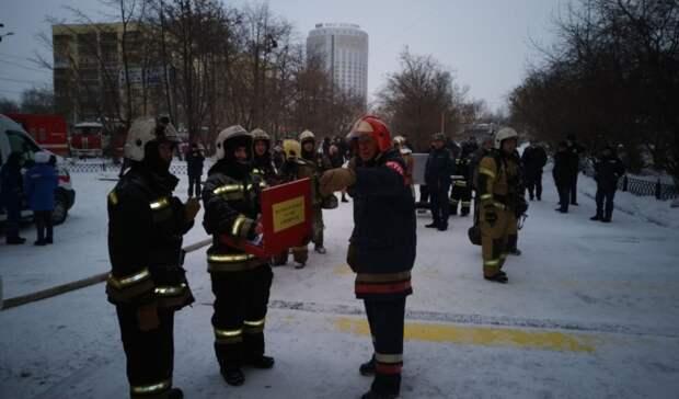 Кместу пожара в23-этажном здании вЕкатеринбурге стягивают дополнительные силы