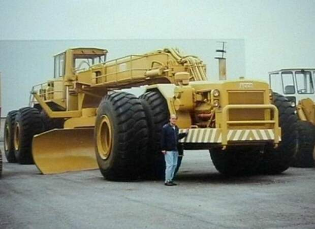 По заказу Муаммара Каддафи. Самый большой в мире бульдозер
