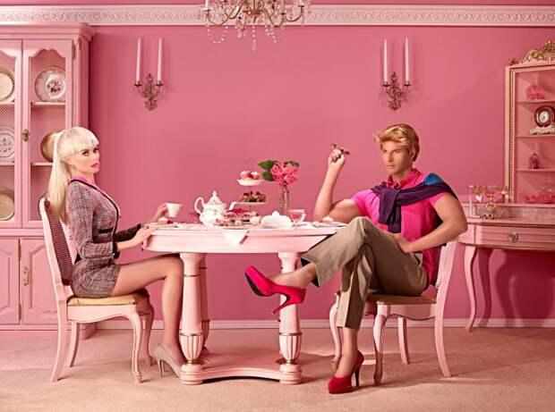 Семейный завтрак. Барби и Кен. Автор: Dina Goldstein.