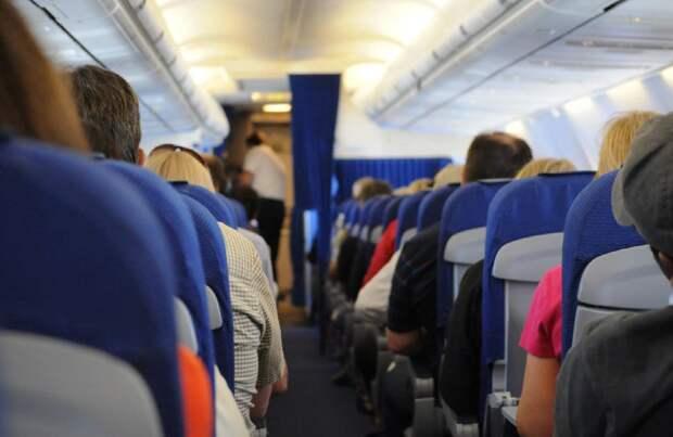 Пассажир самолета попытался открыть дверь во время полета и попал на видео
