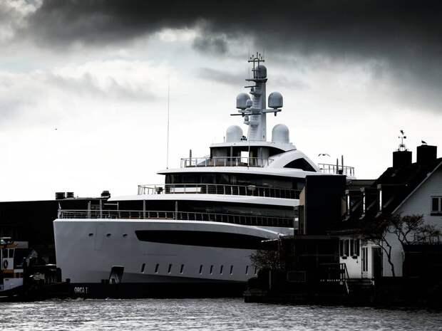 Большая яхта маневрирует по узким каналам в Нидерландах
