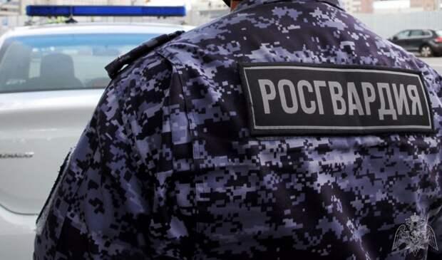 На Муравской росгвардейцы обезоружили неадекватного мужчину с топором