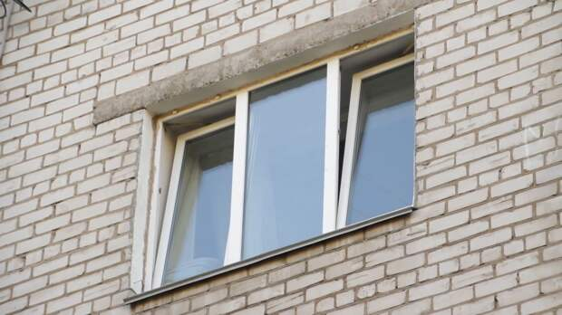 Восьмимесячного ребенка спасли от падения из окна в Перми