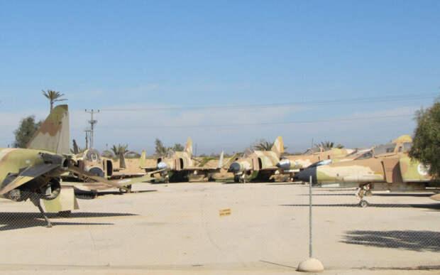 Удар неизвестными ракетами нанесён поизраильской авиабазе сХацерим