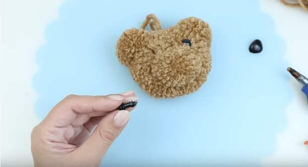 Чудесный мишка-помпон из пряжи и буквально за пару минут