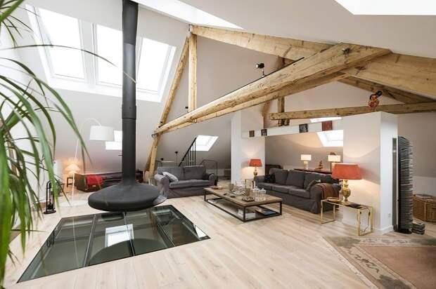 Очень крутое оформление гостиной под чердаком, что выглядит очень круто и оригинально, что понравится.