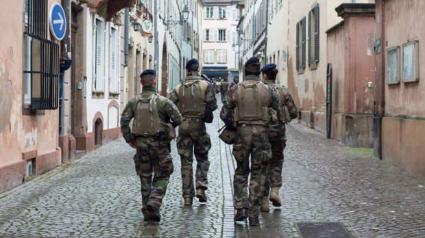 """Обращение к Макрону о """"выживании страны"""" поддержали французские военные"""