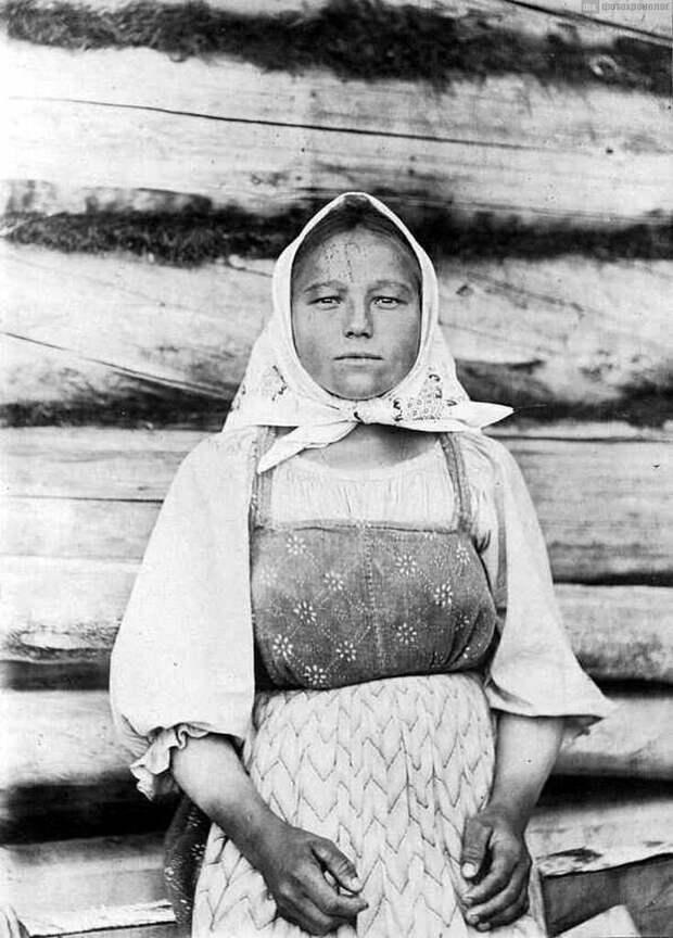 Или вот еще женщина-коми, также снятая лет сто назад.