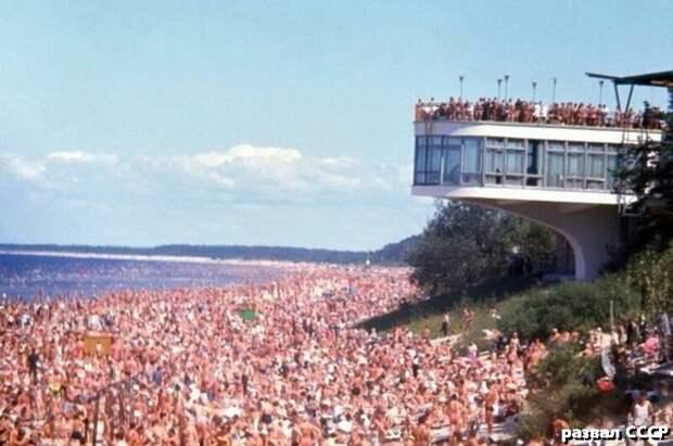 Это пляж на Чёрном море, времён СССР. Практически все крупные предприятия имели свои ведомственные санатории. И любой рабочий мог раз за несколько лет позволить себе такой отпуск.