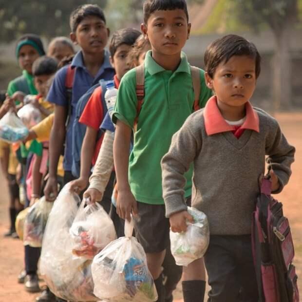 В этом поселке дети платят за учебу пластиковым мусором