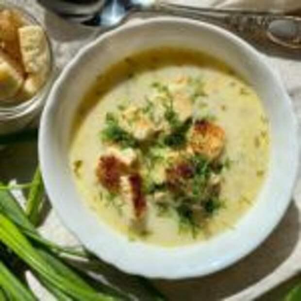 Сырный суп с курицей, плавленым сыром и брокколи.