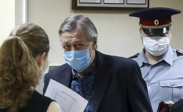 На фото: актер Михаил Ефремов (в центре)