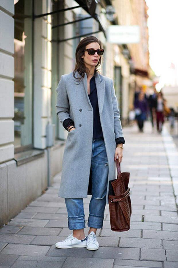 Девушка в длинном сером пальто
