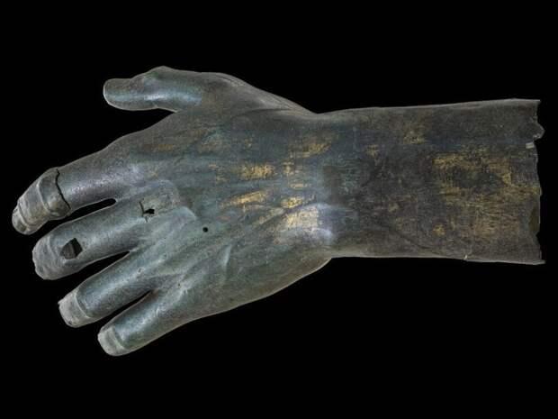 Статуе императора Константина вернули утраченный палец