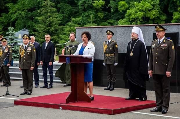 Украинский офицер встал на колени перед послом Великобритании
