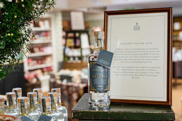Королева Елизавета II выпустила джин с травами