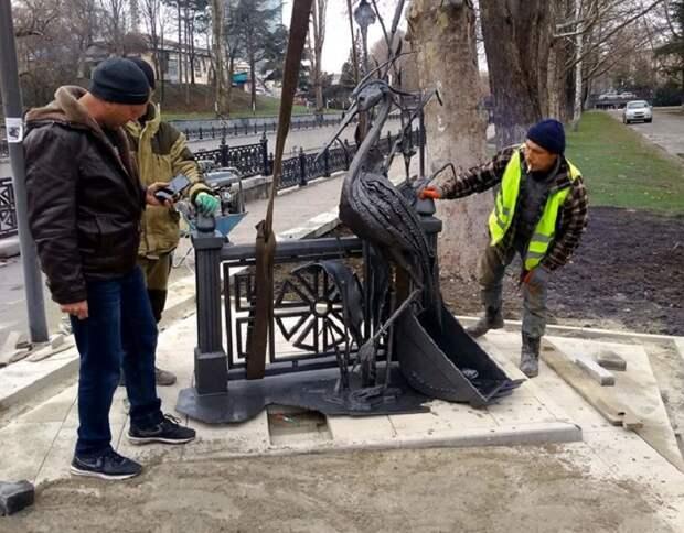В столице Крыма откроют памятник пропавшей без вести цапле и ковшу