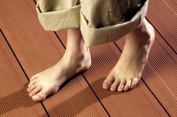 Дверь в доме должна открываться и закрываться тихо, а половицы не издавать звуков. /Фото: infohow.net