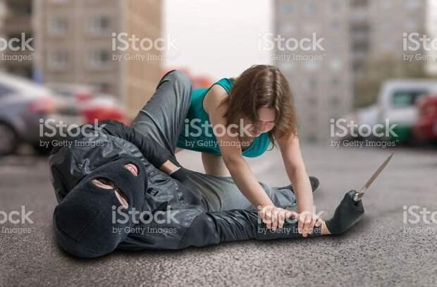 Женщина обезвредила преступника, который забыл, что у него две руки