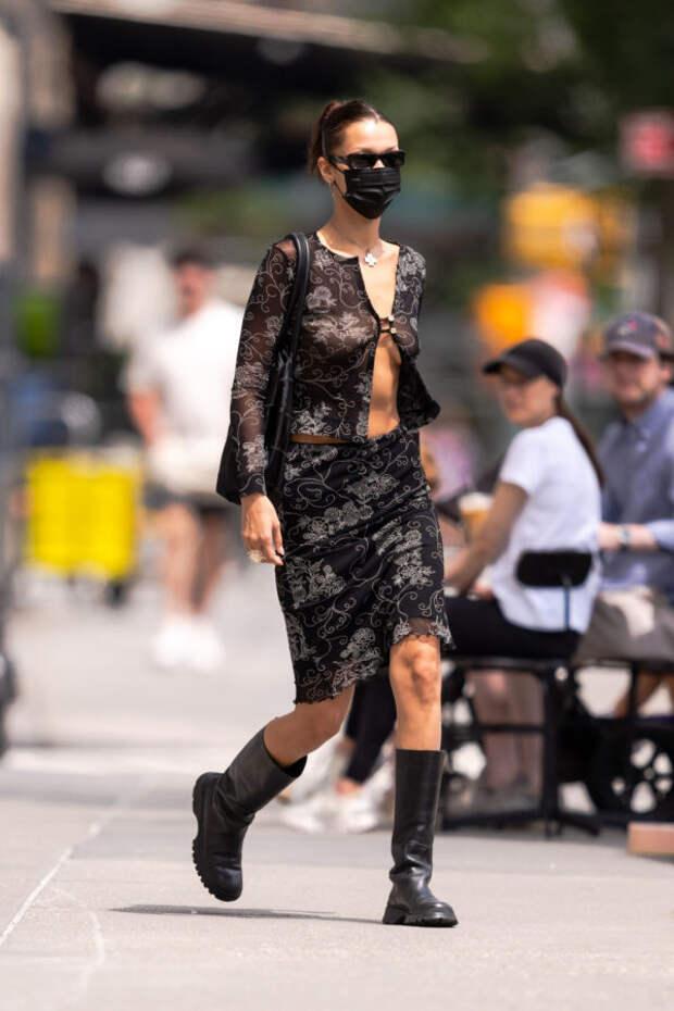 Прозрачная блузка — любимый тренд Беллы Хадид из ну...