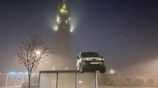 Французов озадачило появление машины на крыше автобусной остановки
