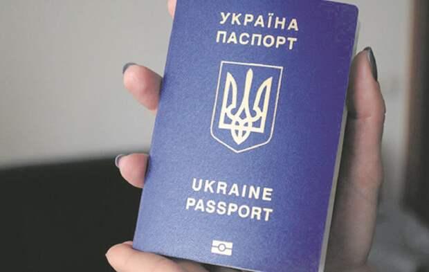 Плодят апатридов: как и за что у украинцев отбирают паспорта