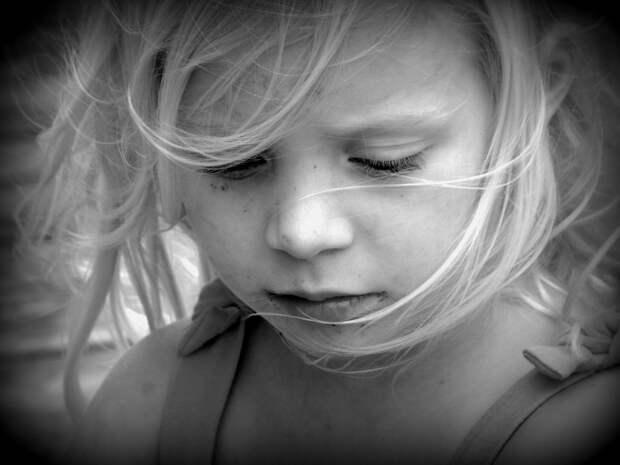 «Не удивляюсь, когда дети сдают родителей в дом престарелых». Взрослая дочь вспоминает украденное детство