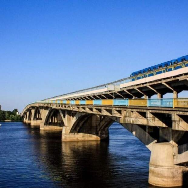 В Киеве стал осыпаться мост Метро - фото