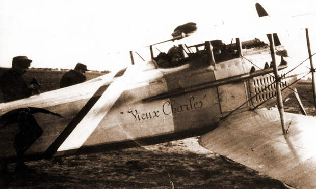 Взлёт «Спада»-7 S115.Попав под «дружественный огонь» зенитчиков, самолёт показал высокую прочность конструкции фюзеляжа, во время аварии спасшую жизнь лётчику, и практическую бесполезность широких сине-бело-красных полос в качестве элементов быстрого опознавания - Самый известный «Аист» | Warspot.ru
