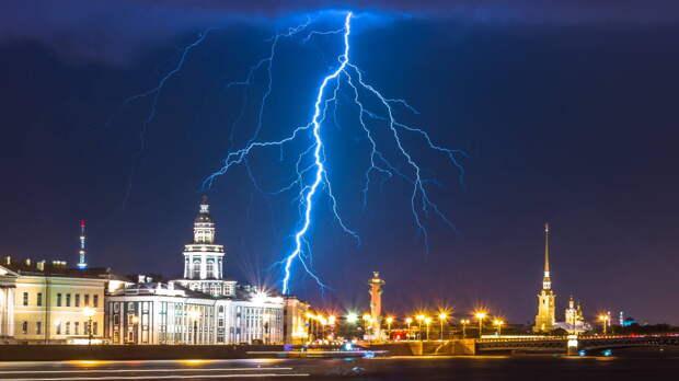 Вода стеной: Петербург накрыло мощным ливнем