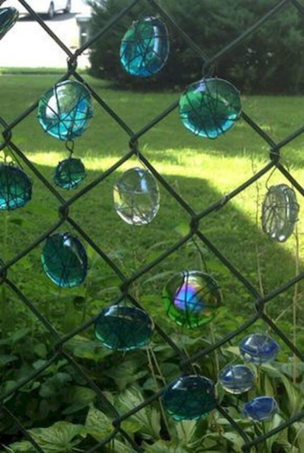 Забор со стекляшками. | Фото: Зеленый зонтик.