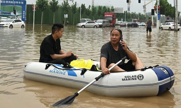 Отключение электроэнергии и интернета усугубили проблемы китайцев, пострадавших от наводнения