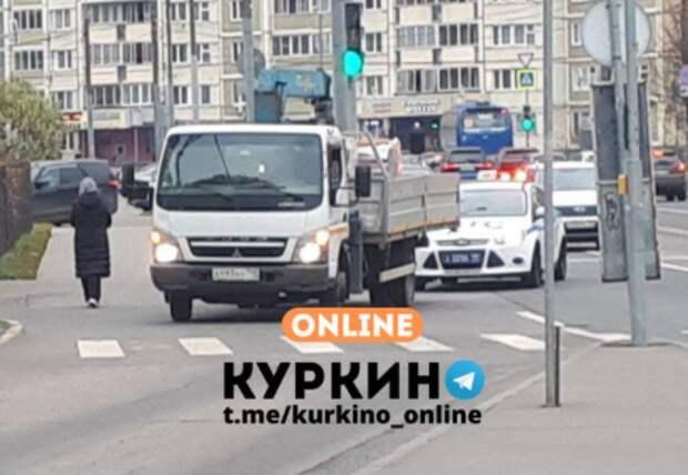 На улице Соколово-Мещерская столкнулись грузовик и легковушка