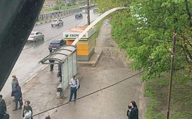 Ветер оторвал часть от надземного перехода у Центрального Автовокзала