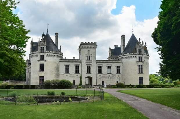 Замок Брезе видится невысоким, пока не подойдёшь ближе
