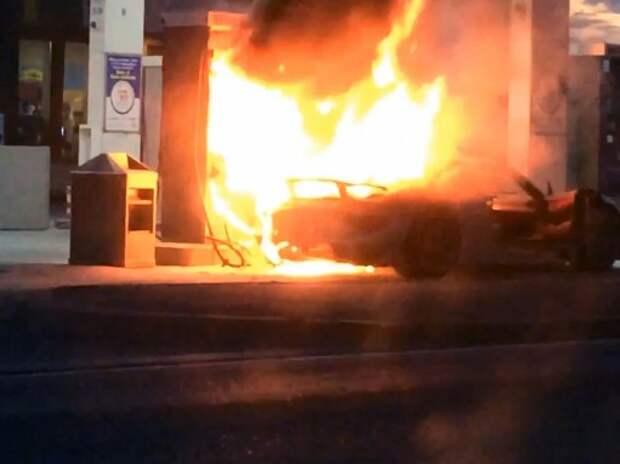 Porsche 918 Spyder в момент сгорает на АЗС (ВИДЕО)